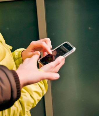 Парень решил украсть телефон у хрупкой девушки, но быстро пожалел. Вернуть мобилу она решила в стиле Хабиба