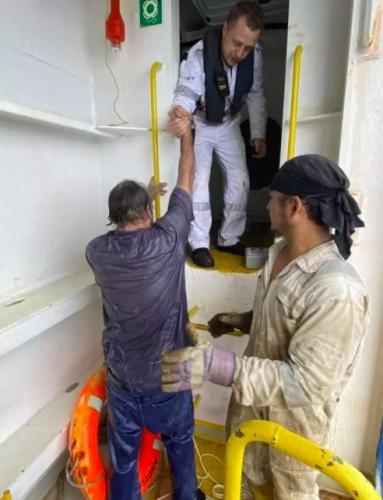 моряк застрял посреди моря и не мог двигаться (даже моргать). Спасатели не были готовы к тому, что из этого вышло