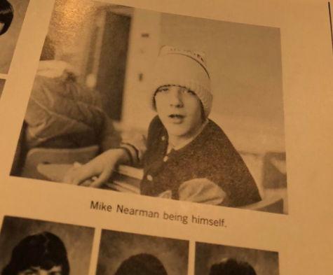 Сын нашёл главного клоуна в школьном альбоме отца. Стало не до смеха, стоило узнать, кем стал его одноклассник