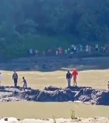 Мужчина прыгнул в воду за собакой, но люди уверены - он не всплывёт. Они засняли, как его дух отошёл на небо
