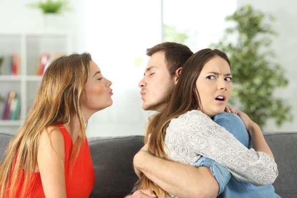Девушка пришла знакомиться с бойфрендом сестры, но, увидев его, она поняла: их отношениям конец. И это её вина