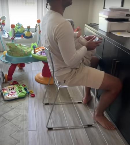 Жена оставила мужа смотреть за ребёнком, но это была проверка. Отец и не знал, что у него в руках не его сын
