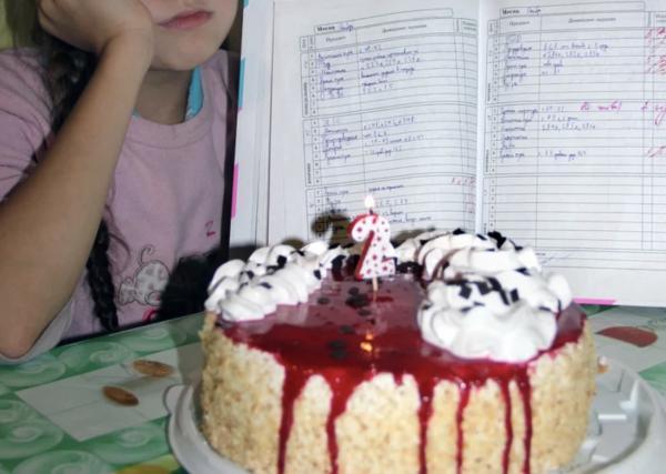 Девочка получила двойку, а её семья закатила праздник с тортом. Больше плохих оценок дочка не приносила