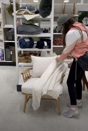 Блогерша украсила кресло в магазине мебели, но нарвалась на хейт. Люди уверены, что ее работа всем мешает