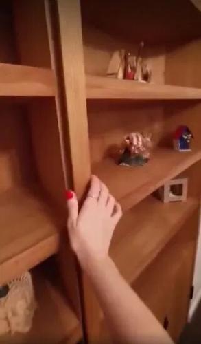 Женщина показала, какие секреты скрывает её книжный шкаф. Но это раскрыло другую тайну: гостям она не рада