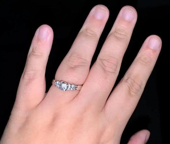 Парень встал на одно колено и подарил кольцо. Невесте хватило взгляда, чтобы решить: свадьбы не будет
