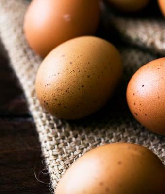 Парень сварил яйцо и не притронулся к нему, когда разрезал. Внутри не было ничего, но это его и насторожило