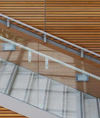 Человечки бегают по лестнице или стоят на месте? Это оптическая иллюзия, которую сразу не понимает никто