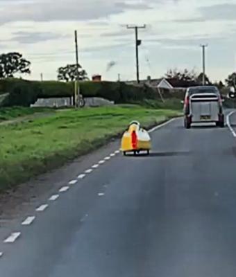 Миньон на колёсах заставил водителей поверить в мистику. Они ещё не знали безумного гения, сидящего внутри