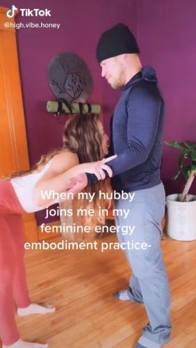 Девушка показала танец с мужем, и людям он показался странным. Теперь у них есть вопросики к гетеро в целом