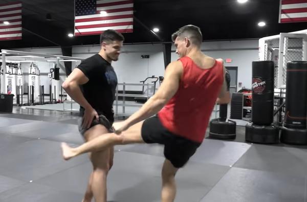 Бодибилдер решил проверить силу бойца UFC и это к
