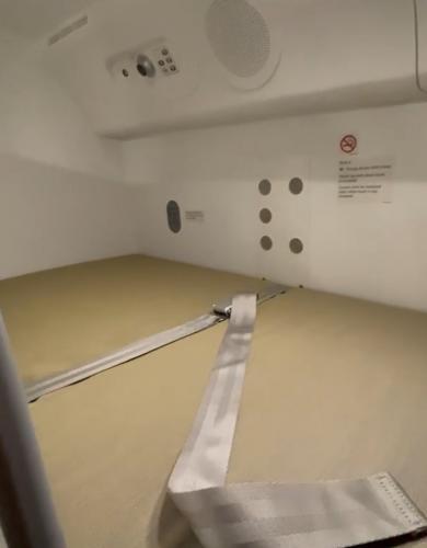 Парень показал, где отдыхают пилоты и стюардессы.