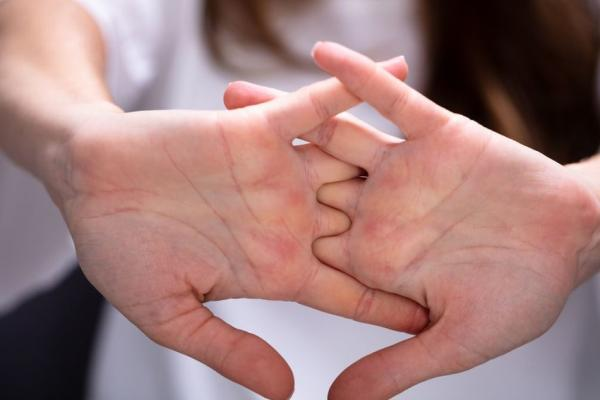 Девушка рассталась с парнем, потому что тот любил распускать руки. Правда, не свои, а руки своей возлюбленной