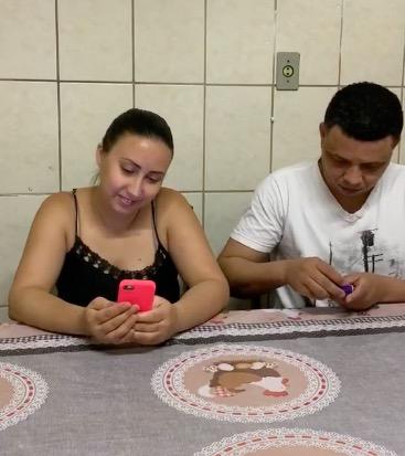 Муж пообещал жене деньги, если она постоит с тортом в руках. Это был пранк, и люди в ужасе от его жестокости