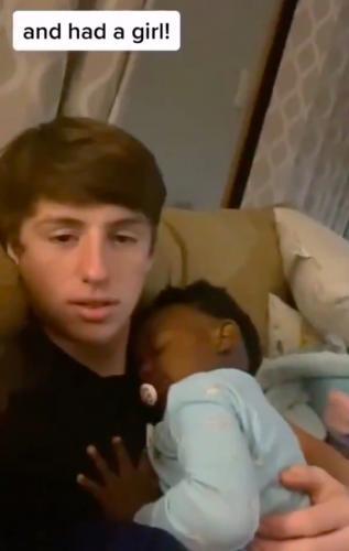 Девушка вернулась к парню, узнав о беременности. Но цвет кожи их ребёнка - причина осуждения и шуток