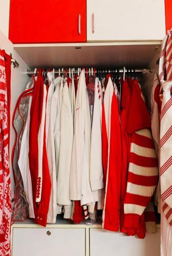 Соседи смеялись над семьёй, поклявшейся носить только красно-белую одежду. Пока не узнали, к чему это привело