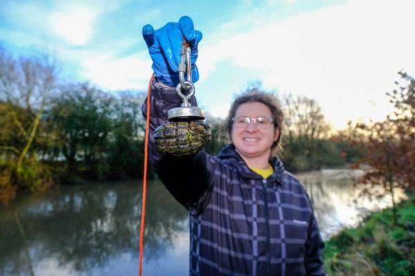 Рыбак пытался поднять магнитом утонувшую приманку, но плохо знал реку. Из ила он поднял жутковатое прошлое