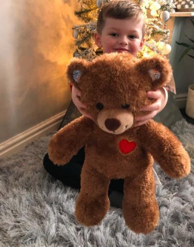 Мама удивилась, когда незнакомка на улице подарила её сыну игрушку. Узнав, почему, женщина разрыдалась