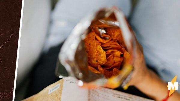 Девушка удивлялась странному вкусу чипсов, и не зря. Это лучшая памятка о том, почему не стоит есть в темноте