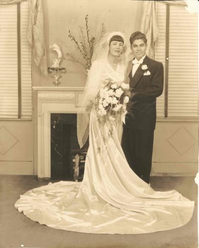 Внук показал свадебное платье бабушки и восхитил мужчин. Ещё бы: оно решило главную проблему низких парней