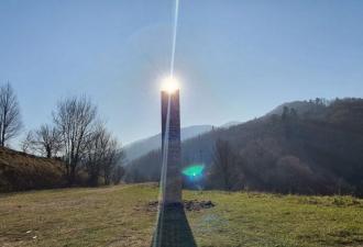 В Румынии у древних руин нашли загадочный объект. Не звоните уфологам, люди уже догадались о секрете монолита