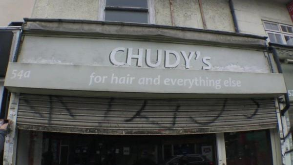 Семья купила заброшенную парикмахерскую, но ремонт показал - их обманули. Здание оказалось оборотнем