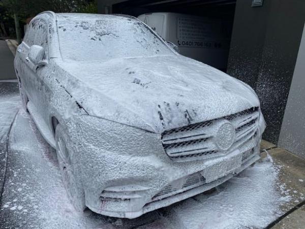 Девушка похвасталась новой машиной, но никто не порадовался. Стоило только узнать, кто будет сидеть за рулём