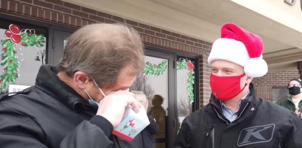 Мужчина вышел на улицу и расплакался. Там его ждал сюрприз от Деда Мороза, подаривший ему улыбку - буквально