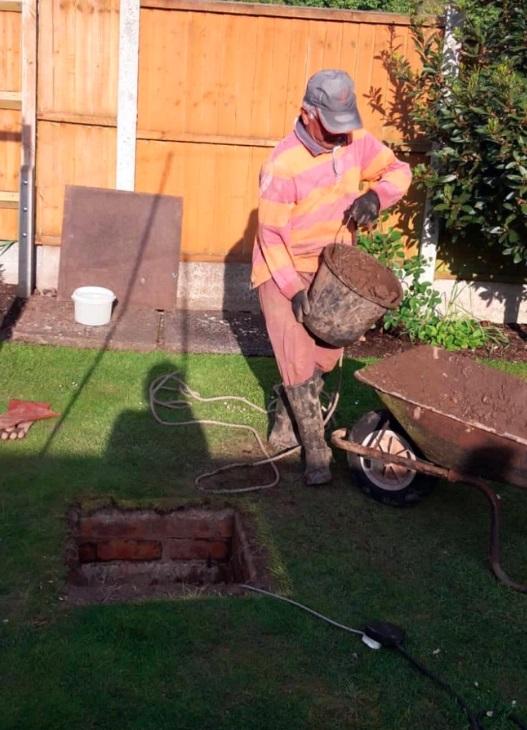 Пенсионер копал яму в саду и нашёл машину времени. Тайный ход привёл его прямо во Вторую мировую