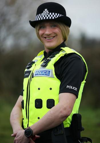 Полицейского бросила жена, а теперь жалеет. Ведь в новом образе он сам может отбить у неё любого кавалера