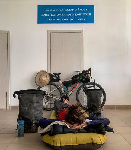 Парень решил купить велосипед без посредника, но не ожидал последствий. Ему пришлось спать на обочине месяцами