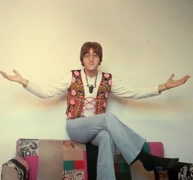 Фанат так похож на Леннона, что способен запутать битломанов. Прикоснуться к легенде хотят даже прохожие