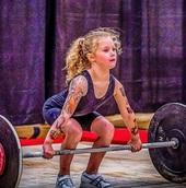 Семилетка зашла в спортзал и подняла штангу в 80 кг. Теперь у бодибилдеров есть конкурент посильнее Халка