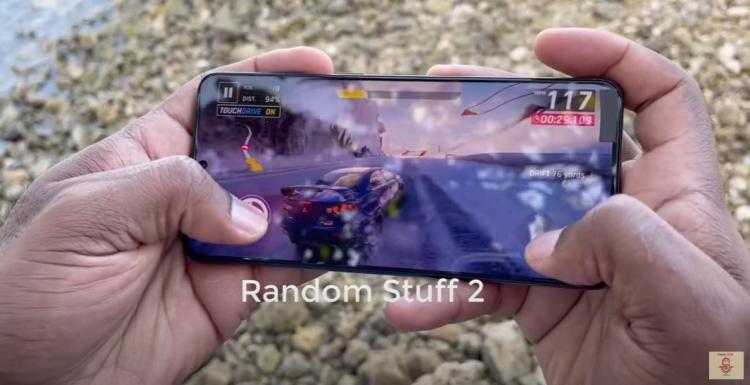 Блогер сделал обзор на новый флагманский телефон Samsung. Но вот незадача: тот ещё не вышел