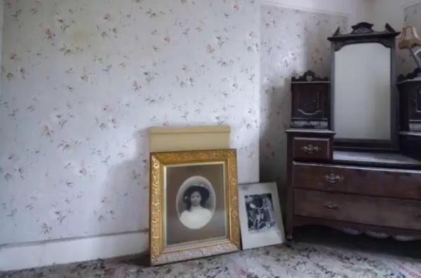 Фотограф зашёл в заброшенный дом и попал в хоррор. Ещё бы, ведь в этих стенах жизнь остановилась 70 лет назад