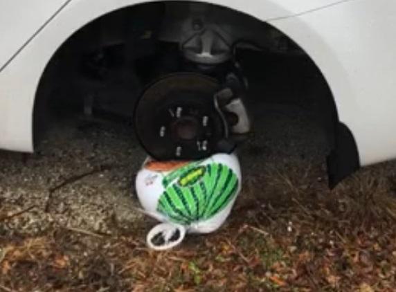 Вор украл колесо от машины и оставил взамен еду. Такой обмен любезностями пришёлся не по вкусу владельцу авто