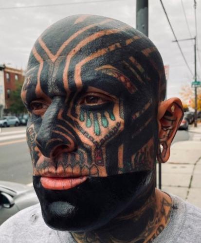 Скромный парень насмотрелся на байкеров и отменил свою внешность. На фото после в объектив смотрит сам Танос