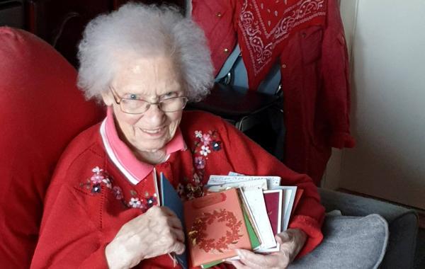 Внучка сделала бабуле Новогодний сюрприз — посвятила ей пост в соцсетях. Старушка не смогла сдержать эмоции