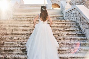Невеста принесла домой винтажное платье и пожалела: оно одержимо. Сочувствовать ей не хотят, ведь это карма