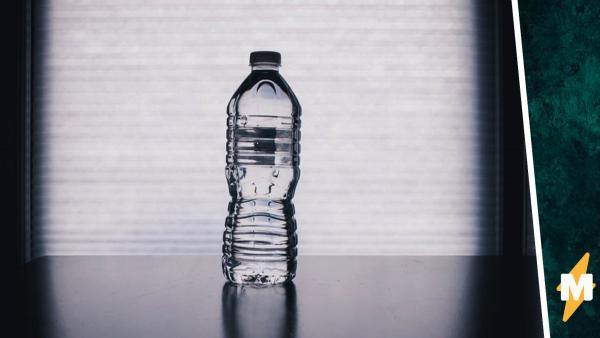 Парень показал, как разлагается бутылка из конопли, но словил хейт. Люди не верят, что она исчезает так просто