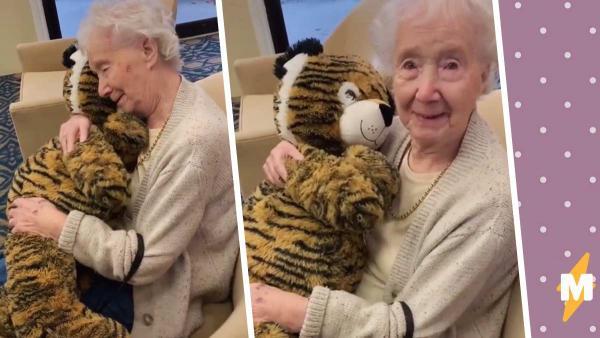 Бабуля получила в подарок игрушку и не сдержала слёз. А когда она объяснила свою реакцию, заплакали миллионы