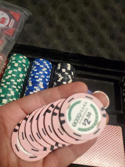Парень купил по дешевке набор фишек для покера. Позже он выяснил, что в настоящем казино