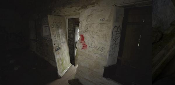 """Друзья влезли в заброшку, где жил """"самый злой человек в мире"""". Увидев дом, они поняли, почему его так называли"""