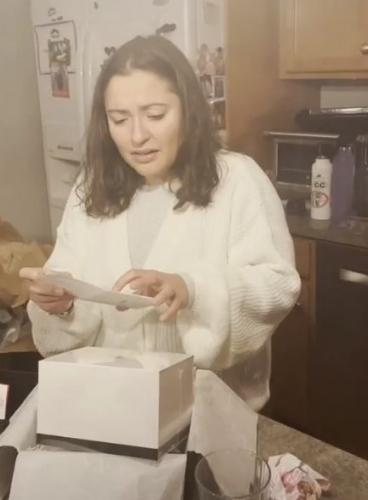 Девушка радовалась подарку от Chanel, пока не увидела, что внутри. Кажется, сам бренд создал это для пранков