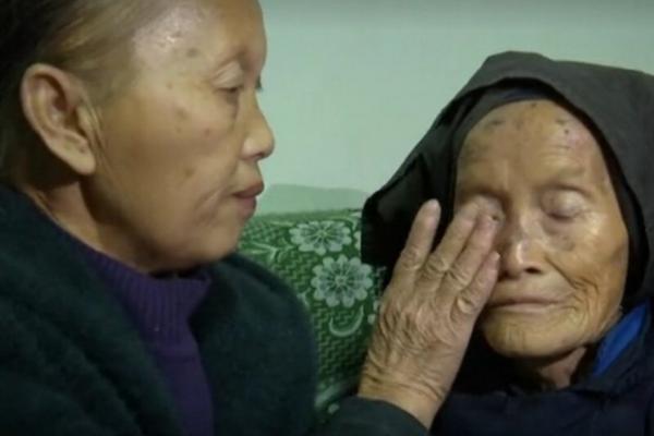 Девушке потребовалось 20 лет, чтобы разгадать тайну своей мамы. Дочери помогли добрые люди и чатик в соцсетях