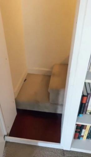 Женщина поняла, что за стеной в комнате что-то находится. Стоило проверить - и здание забрало маму у детей