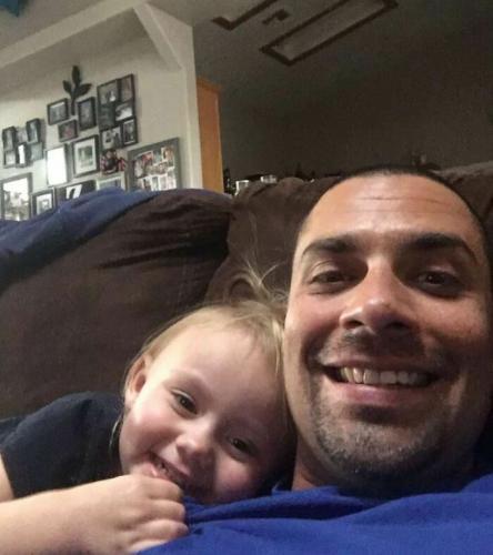 """Полицейский спас от семьи девочку, которая не слышала о слове """"папа"""". Домой с работы он вернулся с дочкой"""