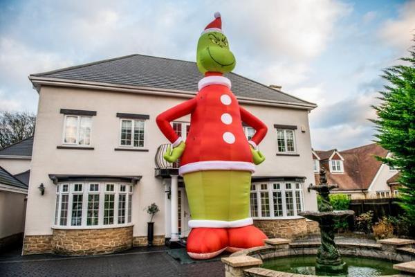 Отец украсил дом к Рождеству, но, похоже, переборщил с размерами украшения. Дети визжали, и все вокруг — тоже
