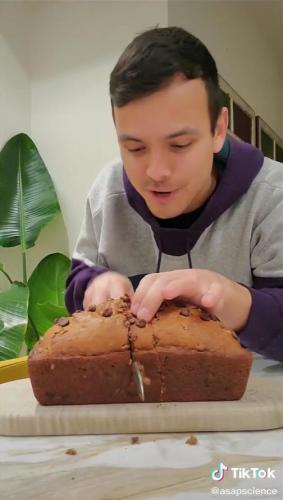 Всю жизнь мы резали хлеб неправильно - доказал парень одним видео.