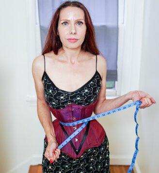 Женщина-оса затянула пояс потуже и ей понравилось. Настолько, что теперь она хочет самую тонкую талию в мире